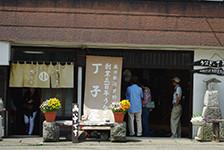 芦野宿名物の鰻屋さんは行列のできる賑わい