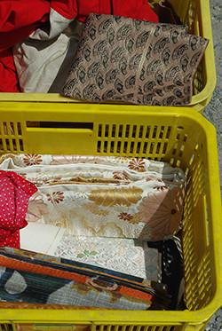 衣類や生地は、露店に鮮やかな色を添えます