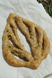 フーガス(アンチョビオリーブ)。香り高く酸味の利いたオリーブの実がゴロゴロ。ビールが欲しくなります