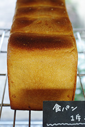 食パンが焼き上がりました。香ばしい匂いの向こうで、パチパチと囁く声が聴こえます