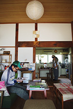畳の部屋だった空間は板を張って漆喰を塗り、居心地のいいコミュニティスペースに