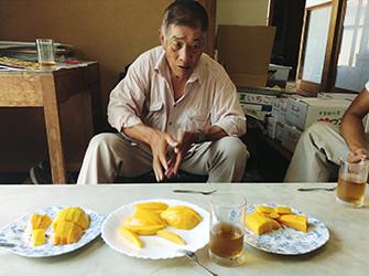 マンゴー栽培のノウハウを語る森宅俊男さん