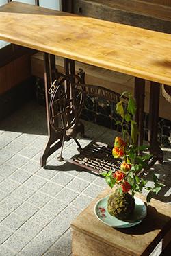 ミシン台座には、祖母の裁縫用の板を天板に。ほおずきの苔玉も骨董市で購入したものです