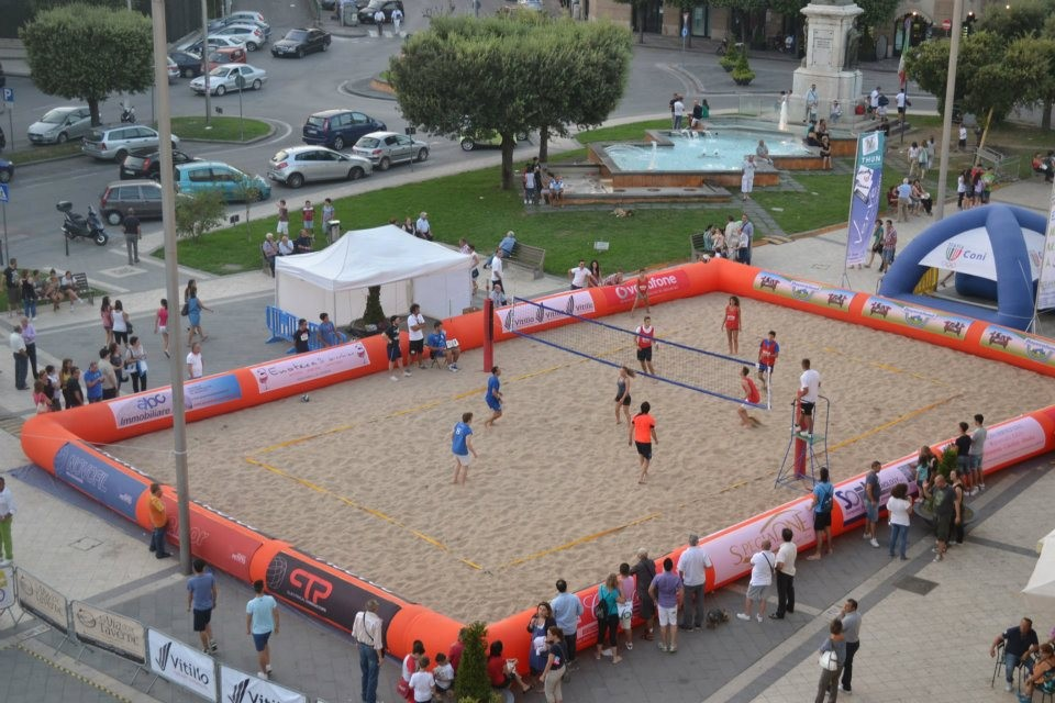 Inflatable delimiter for beach volleyball