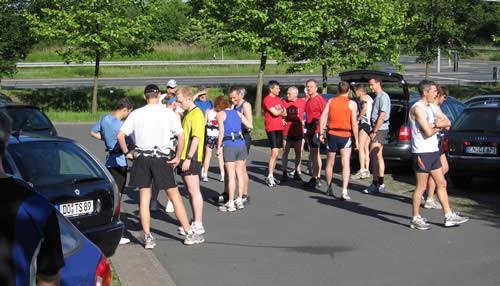 Fachsimpelei und Läuferlatein vor der Busabfahrt