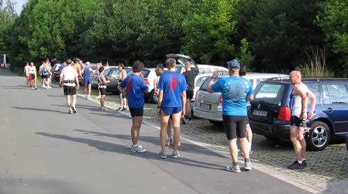 Die Läufer warten auf den Bus.