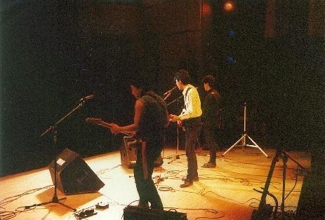 1980~1996年まで在籍したロックバンドRed Moon。Fender Telecasterと2台のデジタル・ディレイを駆使した独自のサウンド。
