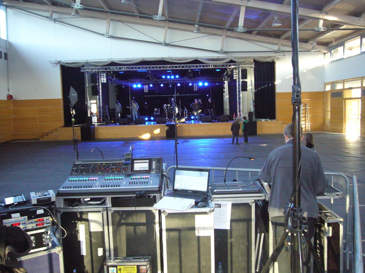 Ein Blick übers Mischpult auf die Bühne
