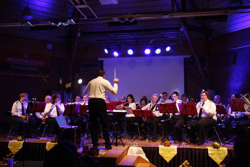 Das Orchester erstmals mit neuem Dirigenten