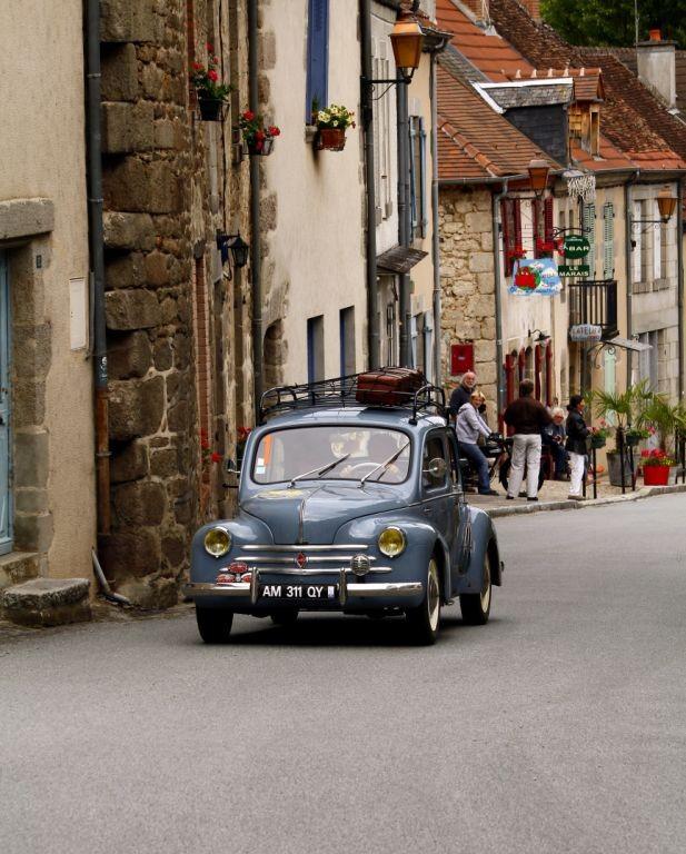 René Boubet et Liliane Serres prennent la route des vacances avec leur Renault 4 cv.