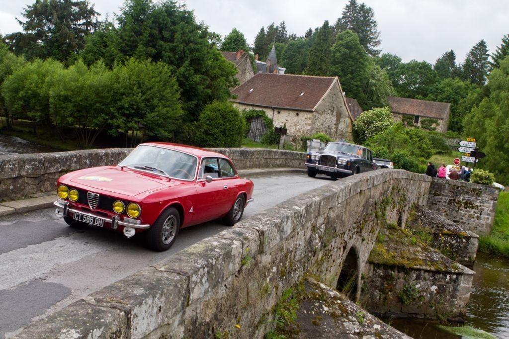 Le coupé Alfa Roméo Bertone 1750 de l'équipage Maïer devance la Bentley d'Antoine Blondet au passage de la Creuse.