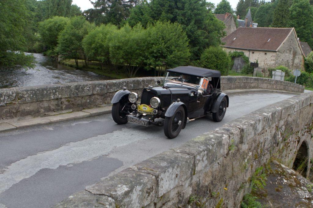 Didier et Joyce Coste franchissent élégamment la Creuse avec leur Aston Martin Mk II.
