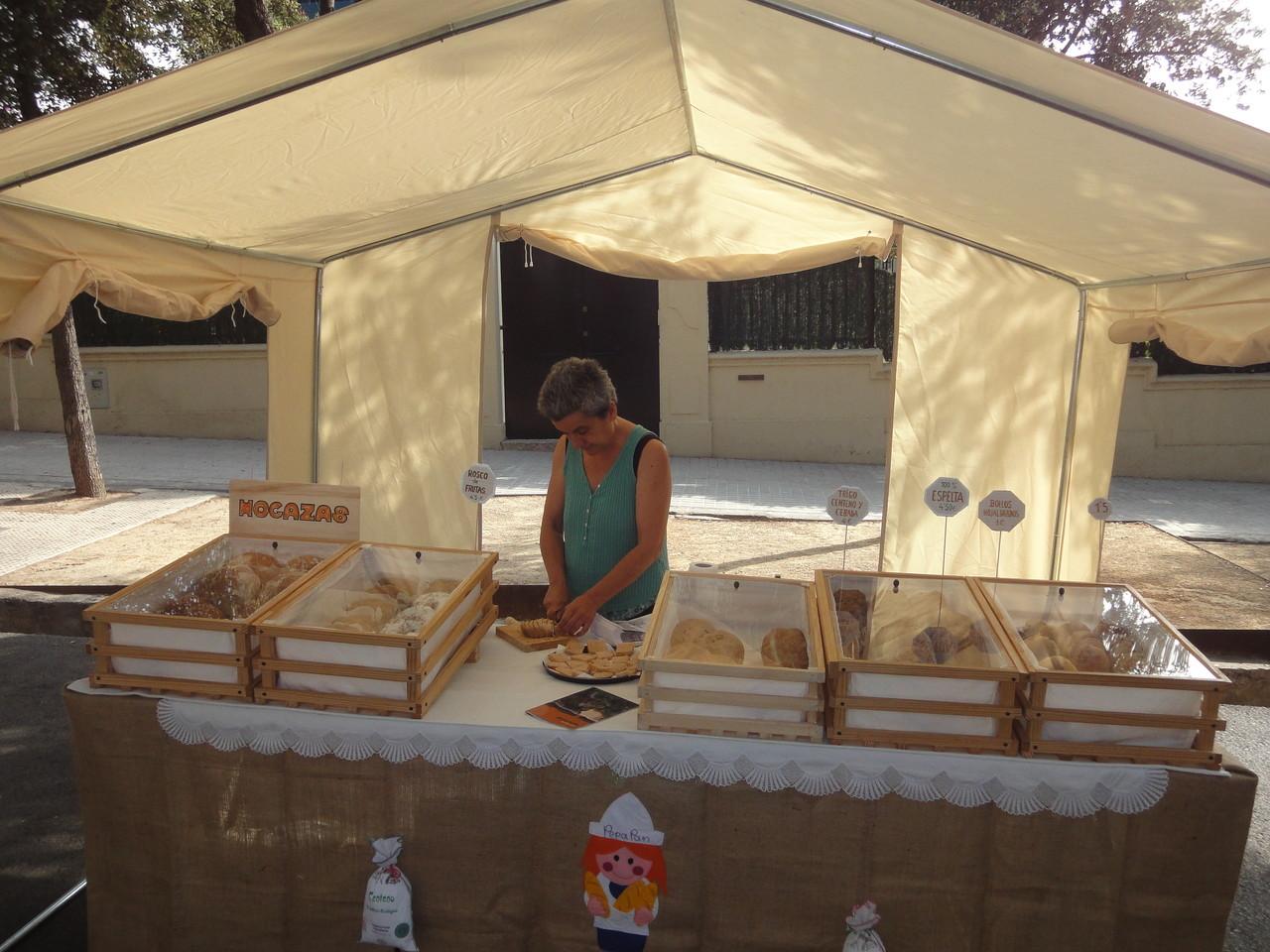 Pepa de PepaPan, d'Atzeneta del Maestre, preparant els seus productes per al tast