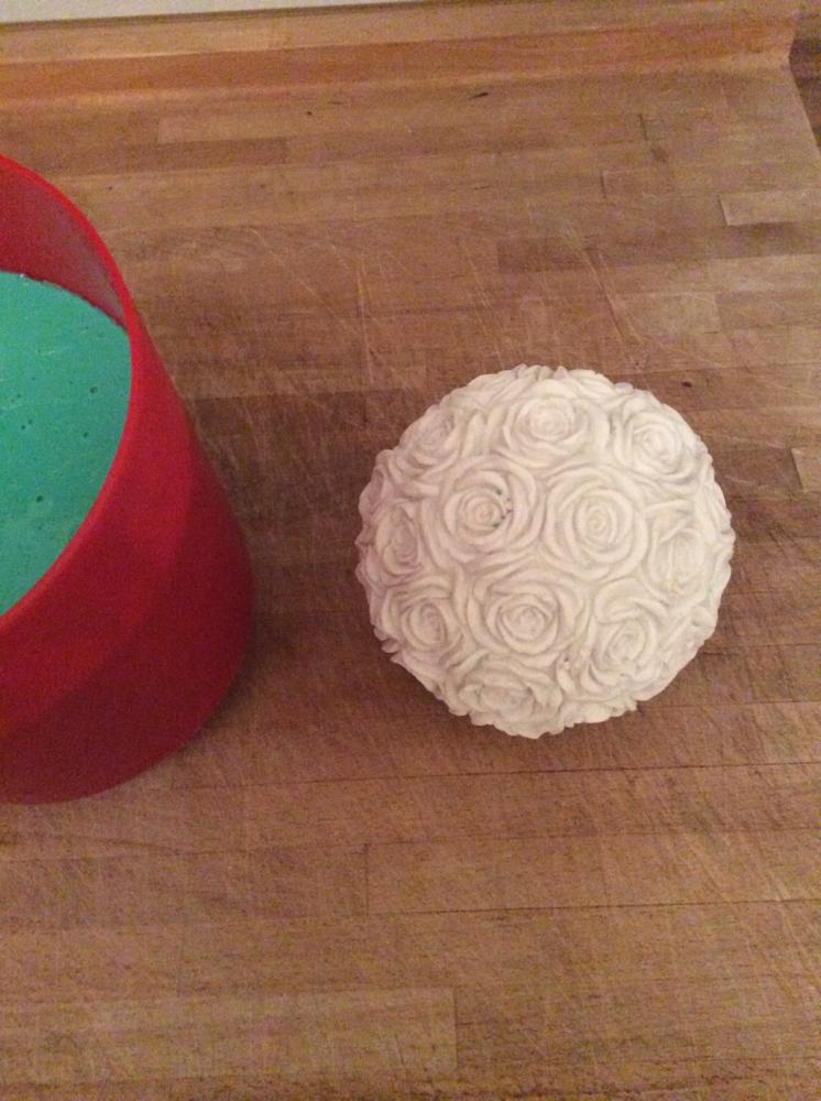 Silikonform Rosenkugel - rechts die fertig gegossene Kugel links die Silikonform