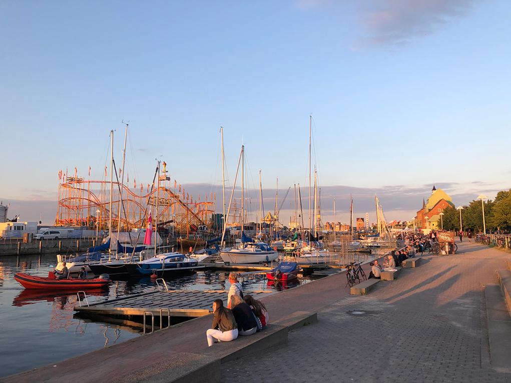 Abendspaziergang an der Hafenpromenade.