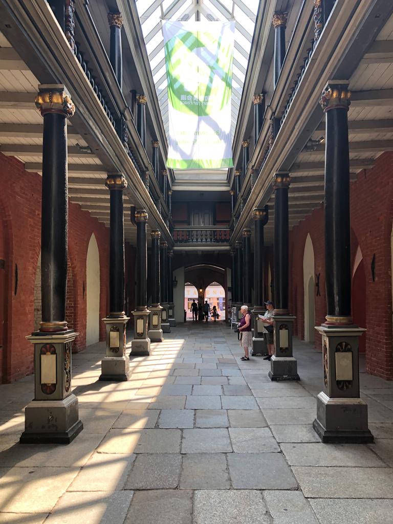 Durchgang des imposanten  Rathauses