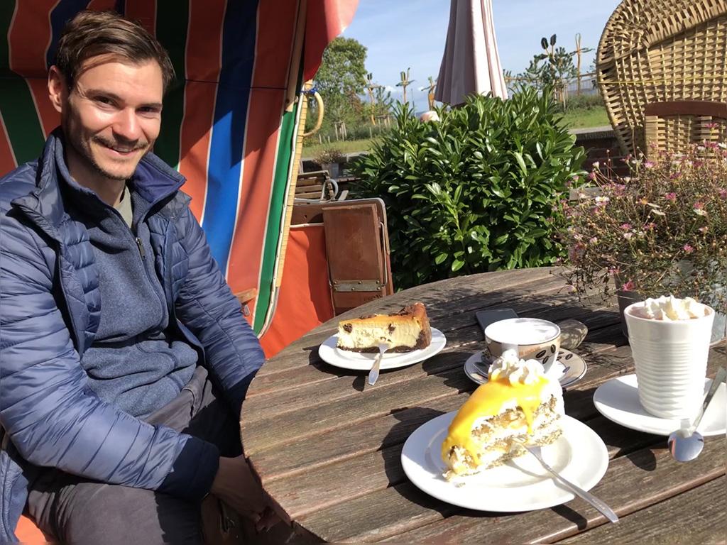 """Hier sitzen wir im Cafe """"Meerkieker"""" und genießen die berühmten Kuchen der Wirtin. Köstlich!"""