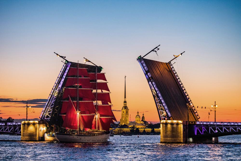 """St. Petersburg - an der Mündung der Newa. Die """"Weißen Nächte"""" von Petersburg sind berühmt."""