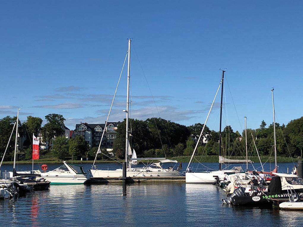 Liegen in Rostock an der Aussenmole der Hafenterassen.