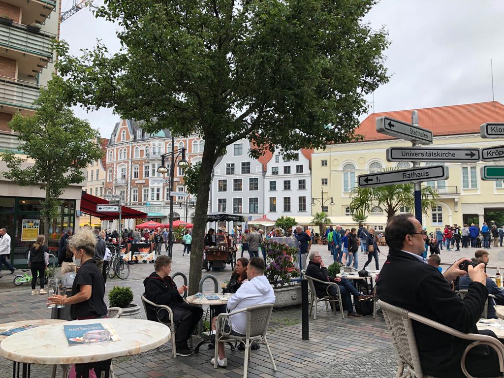 """Der """"neue Markt"""" in Rostock. Trotz Corona eine Menge Menschen unterwegs. Masken, Abstand??"""