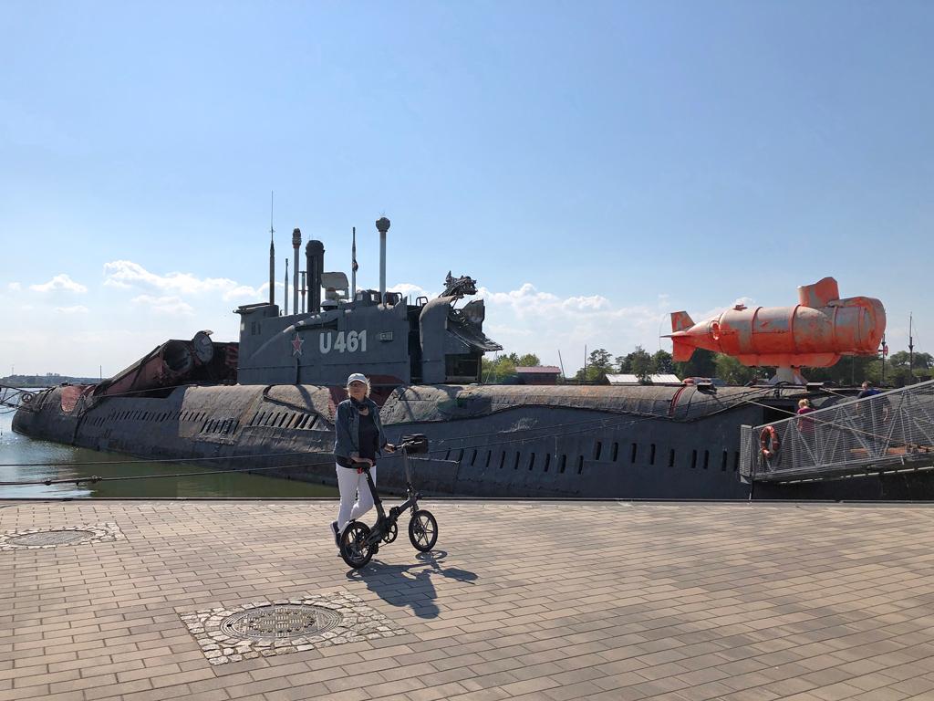 """Am Kai liegt das größte konventionelle (russische) U-Boot der Welt (U 461). Ein Geschenk Russlands an die DDR. Relikt aus dem """"Kalten Krieg""""."""