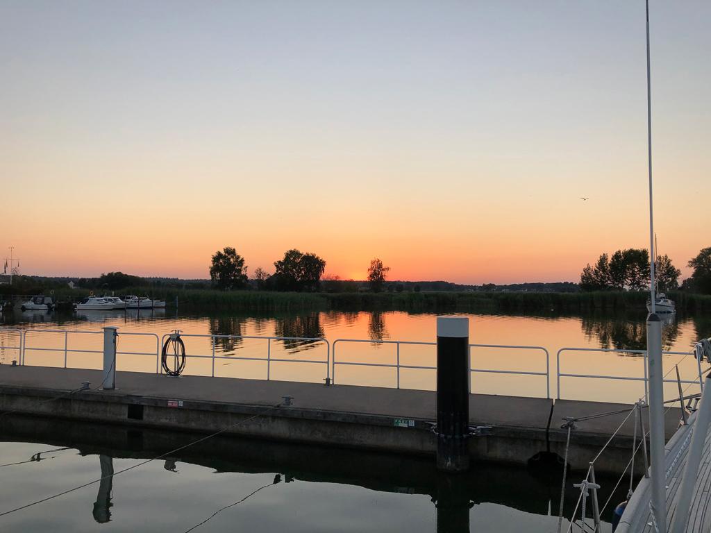 Abend in Kröslin. Große Marina - aber uns gefällt's nicht so. Ein wenig trist alles hier.