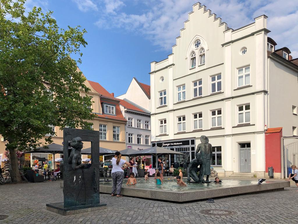 Bronzeskulptur vom Bildhauer Jo Jastram. Da gibt's einige in Stralsund. Sehenswert.