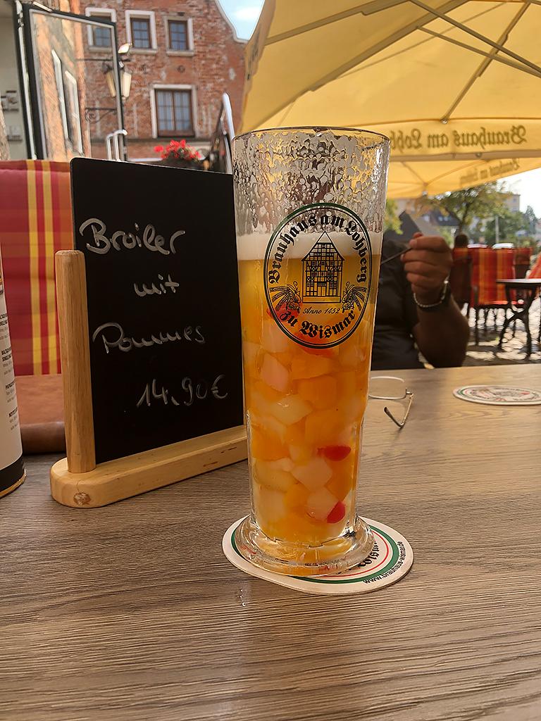 """Eine Wismaer-Scheuslichkeit. """"Bier"""" mit Früchten. Schmeckt echt grauslig!"""