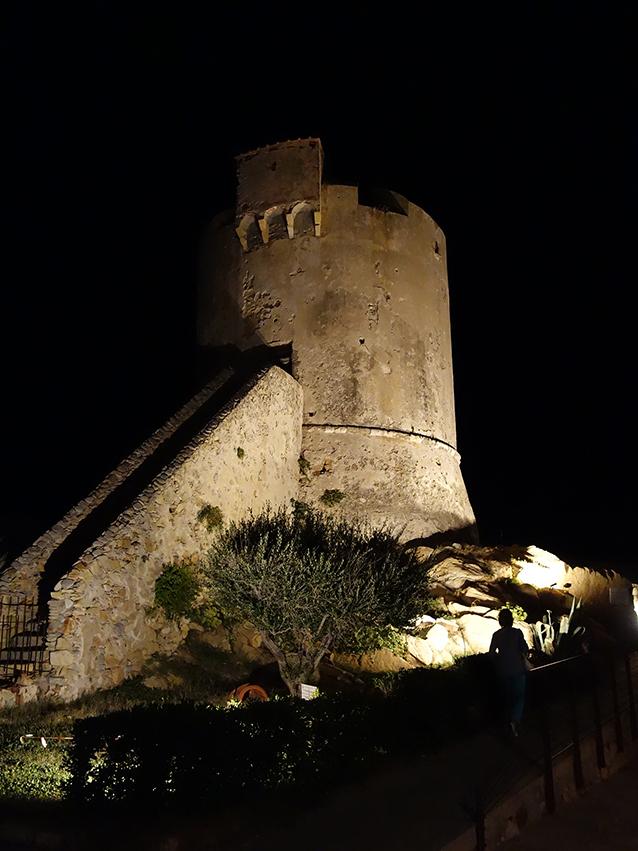 Das ist der berühmte Sarazenenturm an der Westseite der Kaimauer