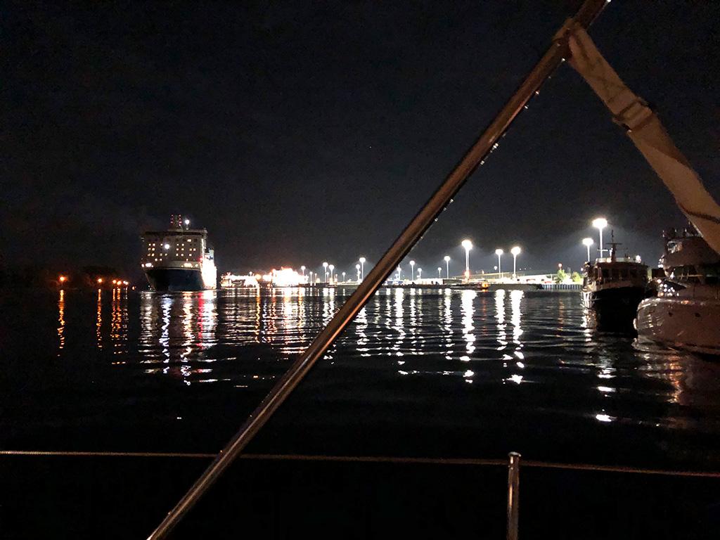 """Was ich nicht wusste - wir liegen direkt an der """"Wendestelle"""" der Großschifffahrt. Es war sehr laut"""