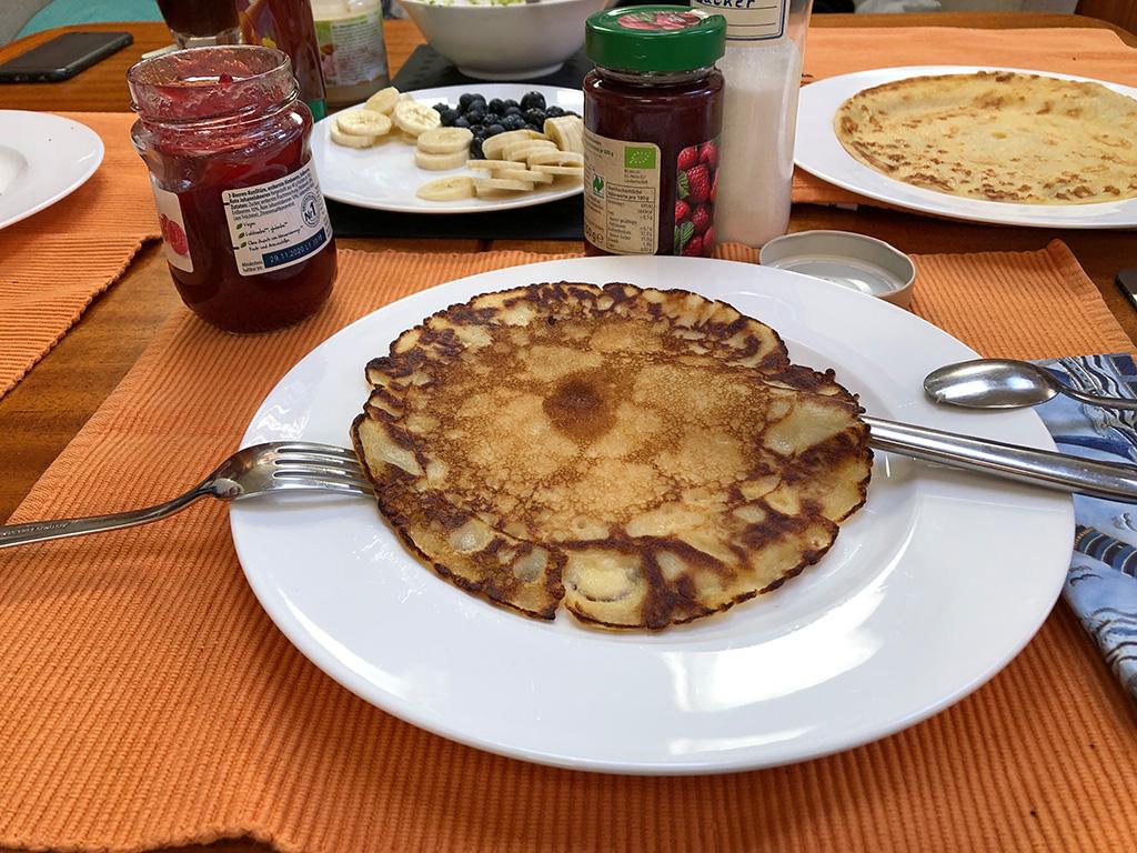 Und schon gibt's was zum Essen - Pancakes!