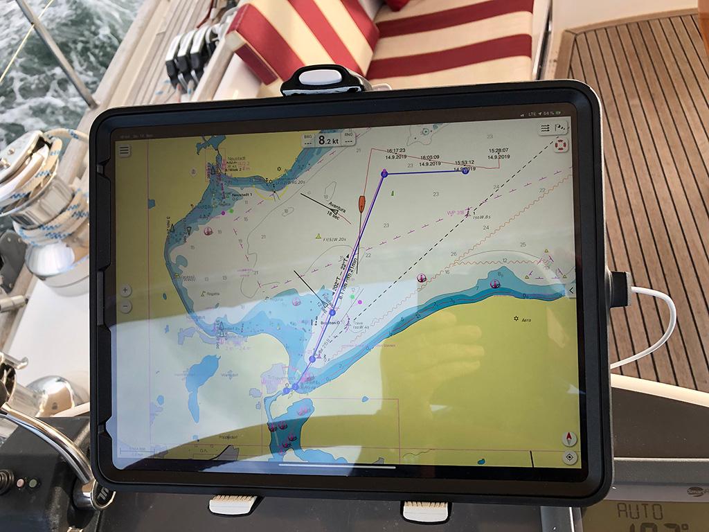 Ansicht unseres Chartplotters - iPad Pro 12,9 Cellular mit wasserdichten Schutzcase. Richtig gut
