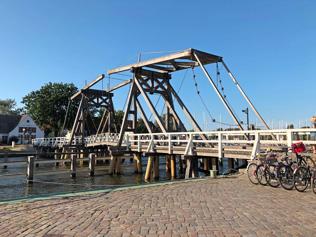 Erinnert ein wenig an die Klappbrücken in Holland.