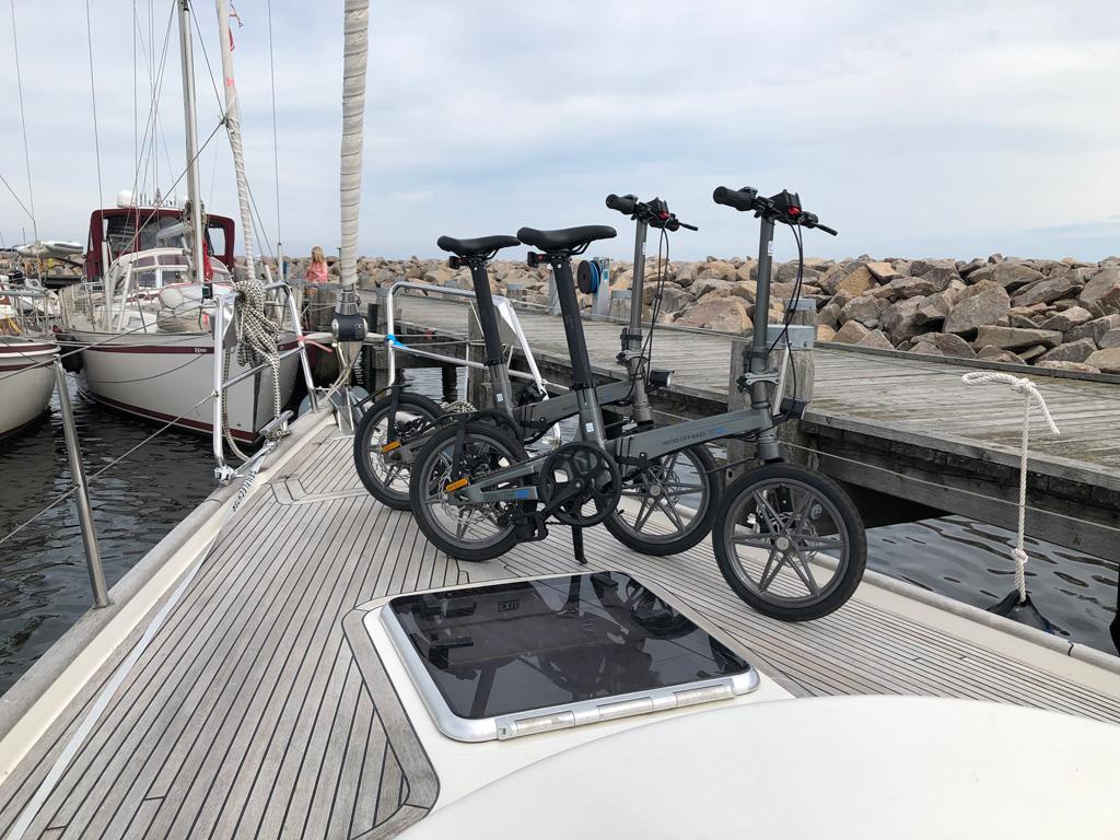 Wir packen unsere neuen Klapp-E-Bikes aus. Sie werden uns noch viel Freude bereiten.