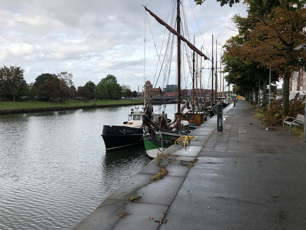 Zurück entlang der Uferpromenade mit wundersamen alten Segelschiffen.