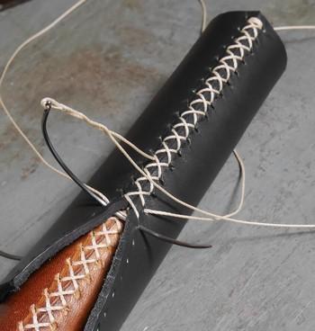Utilisation d'aiguille courbe pour le gainage d'un manche en cuir