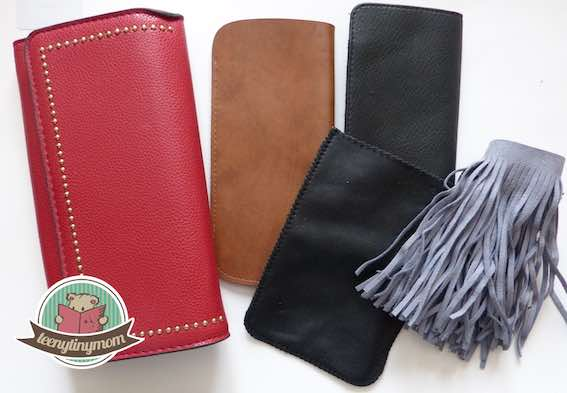 Brillenetuis, Geldbörsen und ein Kofferanhänger, Akkuhülle