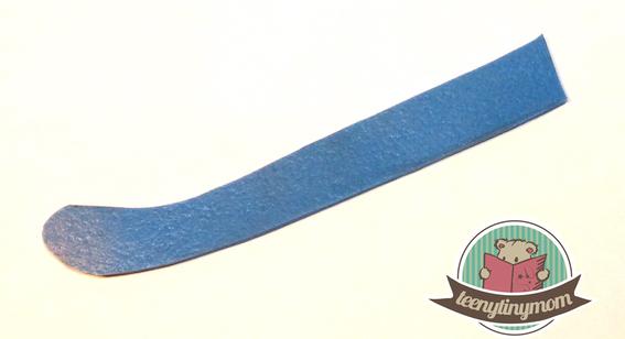 Für die Zunge habe ich ein Stück blaues Leder gefunden. Filz geht natürlich auch.