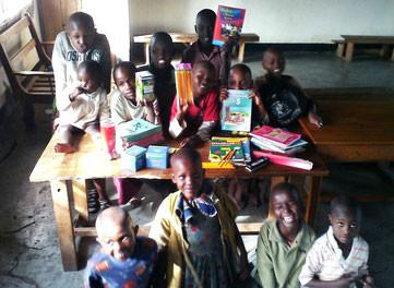 Die Kinder des Waisenhauses mit neuem Lernmaterial, November 2015