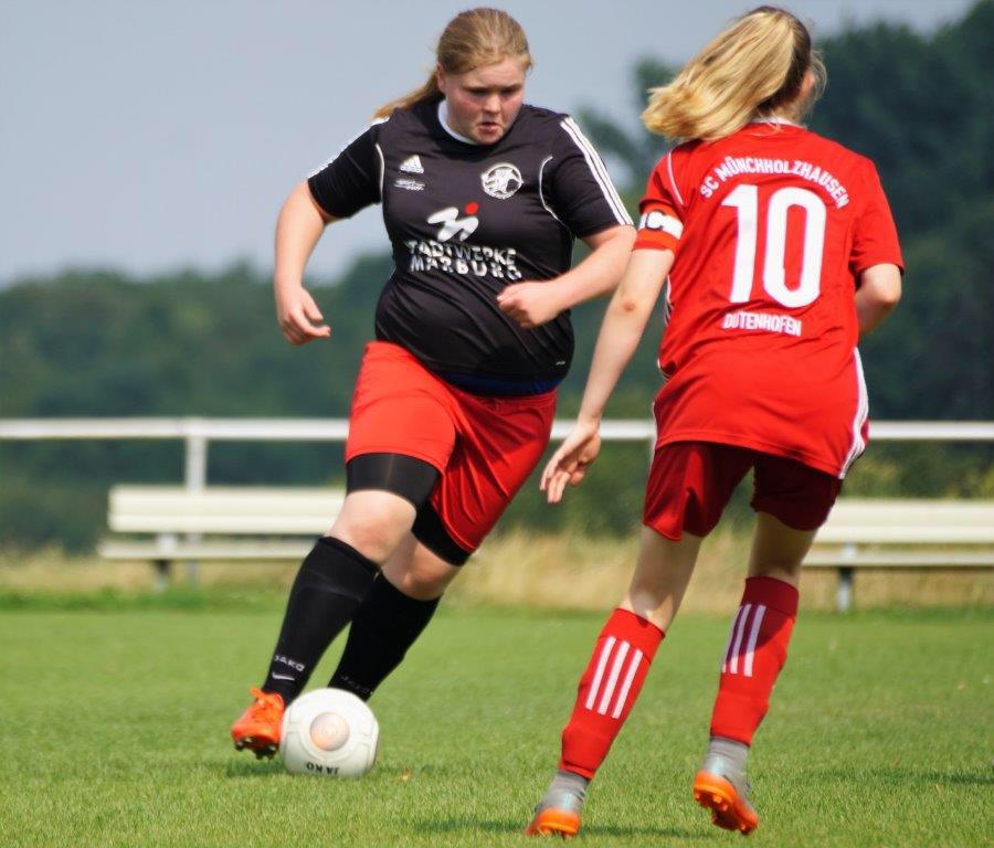 FSG-Torfrau Laura Greb (li.) erhielt im Freundschaftsspiel gegen den SC Münchholzhausen-Dutenhofen die Gelegenheit, auch einmal ihre Stürmerqualitäten unter Beweis zu stellen.