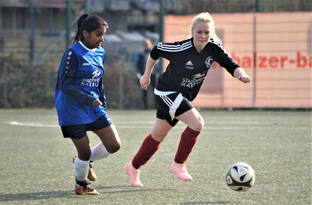 Die FSG Ebsdorfergrund mit Janina Görlich (rechts), im Zweikampf mit Keerthana Raveendran (1. FSC Marburg), siegte 2:0 über die favorisierten Kreisstädterinnen