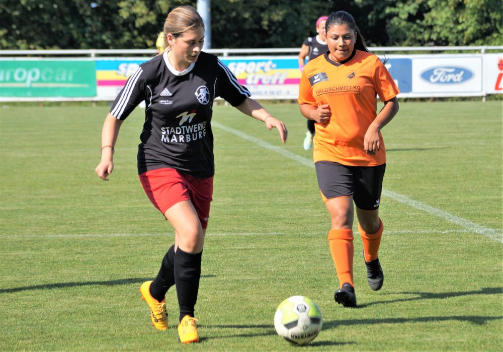 Elisa Müller (links) ließ mit der Ebsdorfergrund-Abwehr wenig zu, während der FSG-Angriff aus zahlreichen Chancen 3 Tore machte