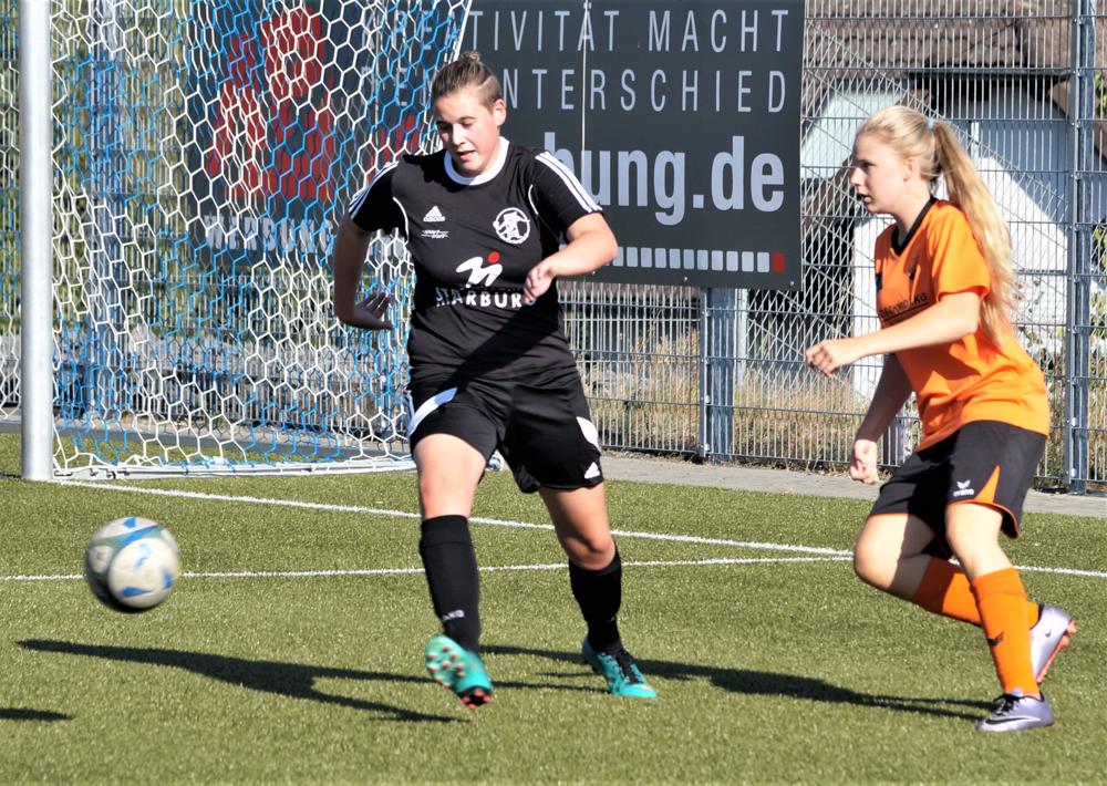 Maya Kaczmarek (links, Archivfoto) schloß mit dem Team der FSG Ebsdorfergrund dieFeldrunde 2019 mit einem 2:2 beim SSV Oranien Frohnhausen ab