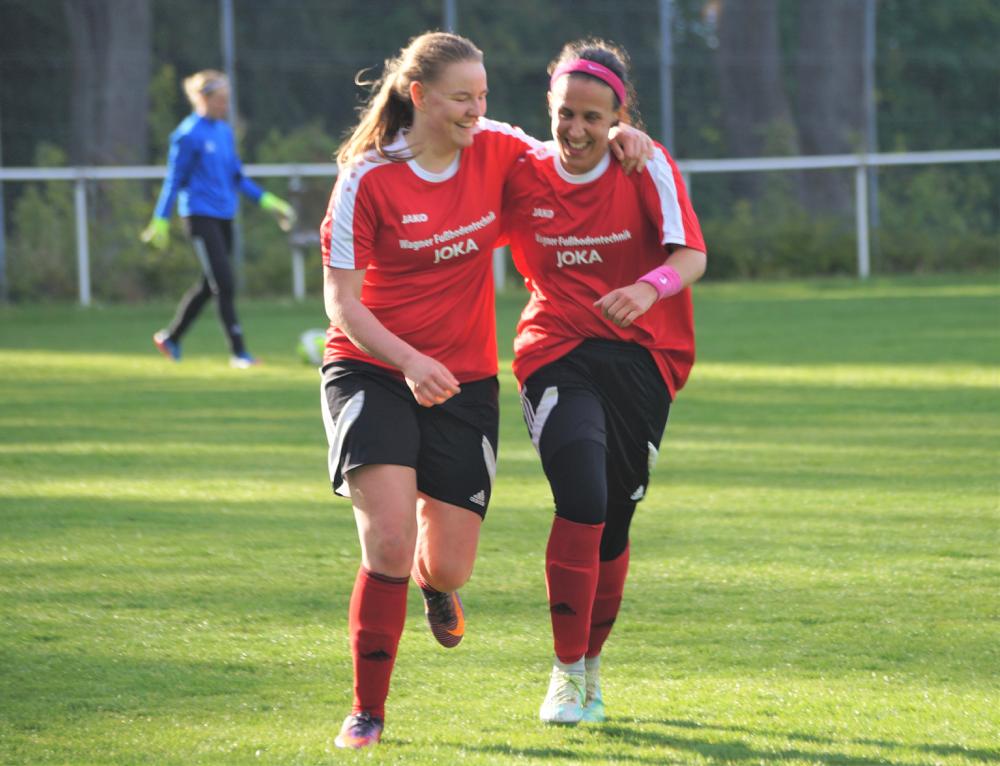 Torschützin Katica Choukeir (re.) freut sich mit Vorlagengeberin Nina Schuback (li.) über den Treffer zum 4:2-Sieg über Fleisbach