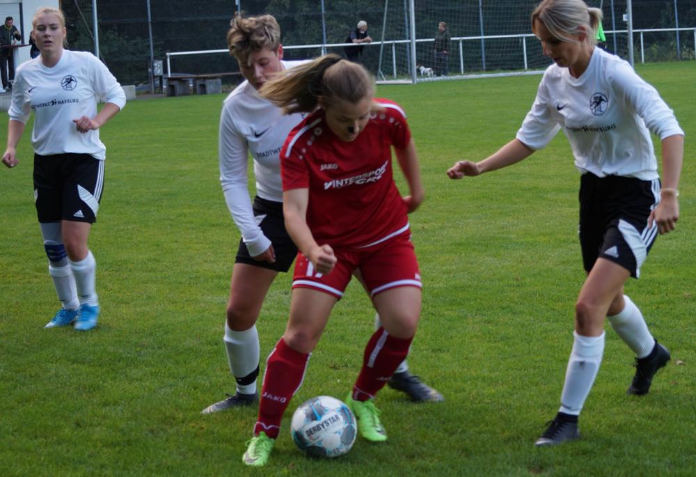 Die FSG-Abwehr mit Fiona Kempf, Maya Kaczmarek und Johanna Jacob (weißeTrikots von links nach rechts) hatte ihre Mühe mit den Stürmerinnen des Gruppenligisten FC Weimar