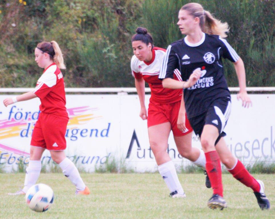 Larissa Henß (Archivbild, re.) steuerte 2 Tore zum 7:0-Sieg bei der TSG Leihgestern bei