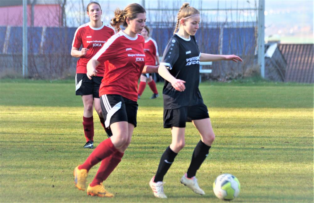 Elisa Müller (2. v. l.) stand mit der FSG-Abwehr sicher, während Carla Till (l.) den Elfmeter zum Sieg über den FC Weimar II verwandelte