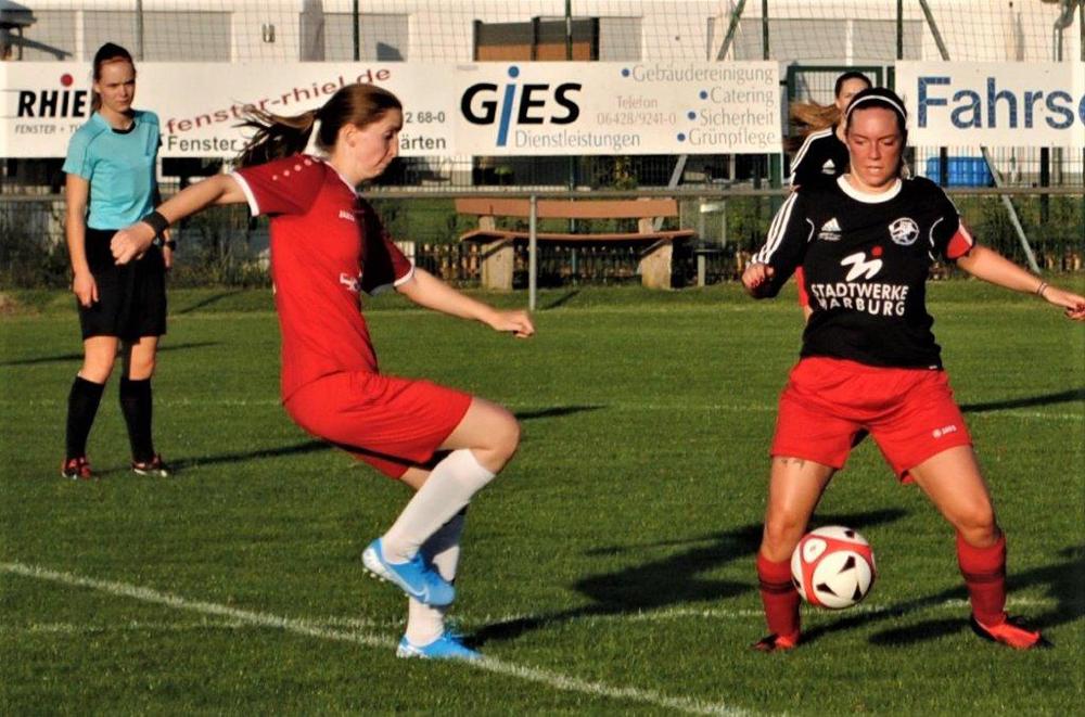 Für die FSG Ebsdorfergrund mit Elisa Schubert (rechts) gab es im Kreispokalhalbfinale gegen den RSV Roßdorf nichts zu holen. Die Leitung des fairen Spiels hatte Schiedsrichterin Silvana Hoß, Beltershausen (links)