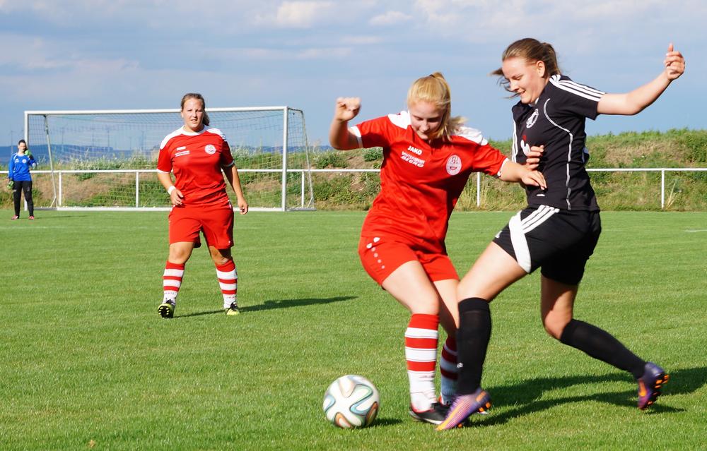 Nina Schuback (re.) erzielte gegen den SV Hartenrod den Treffer zum 2:1-Zwischenstand