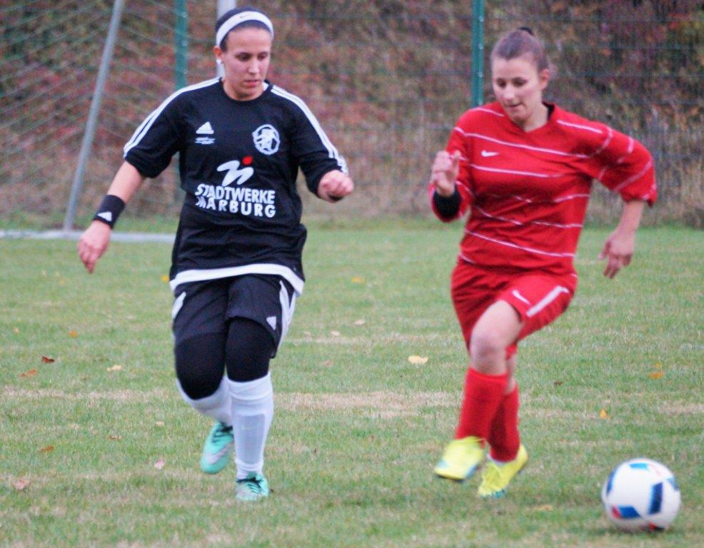 Katica Choukeir (links, Archivbild) brachte das Grundteam im Spiel gegen den SV Langenstein per Kopfball in Führung